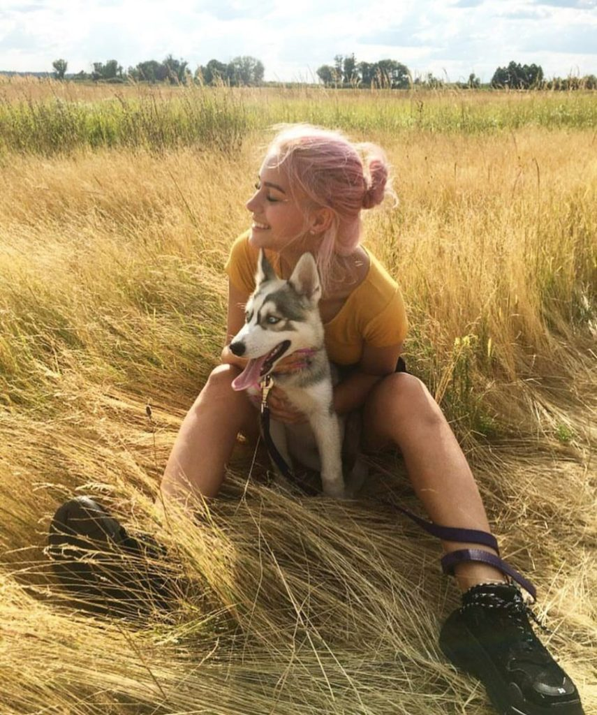 Ульяночка Соколова со своим щенком породы хаски
