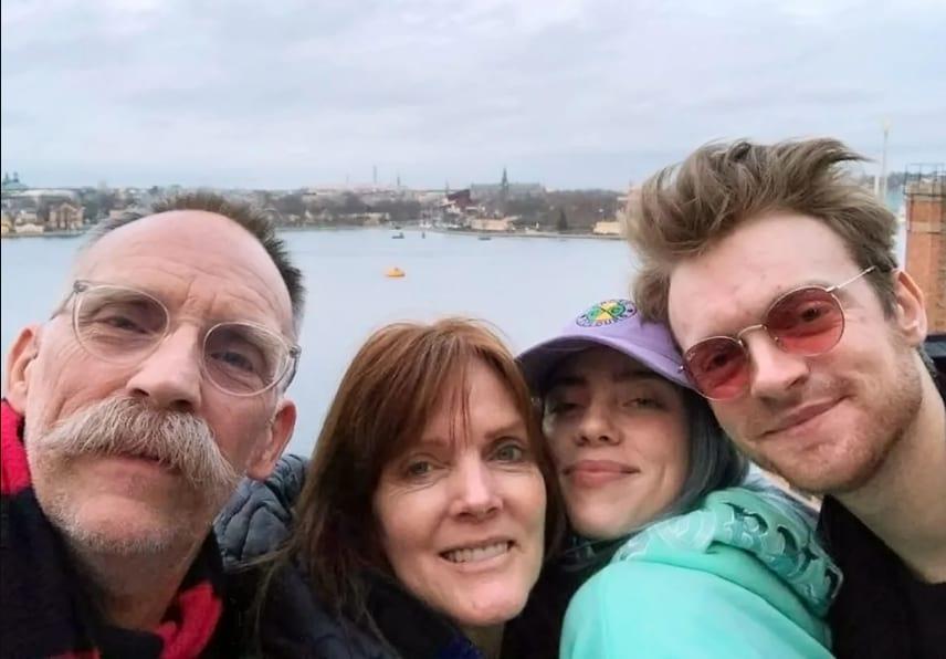 Билли Айлиш со своей семьей