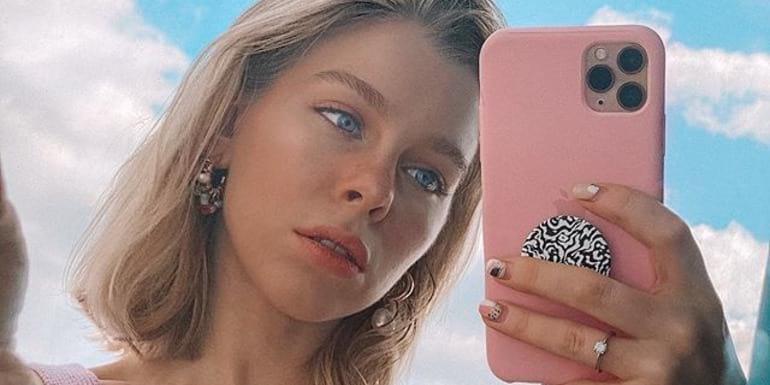Ира Блан с розовым смартфоном