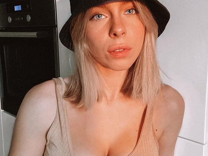 Ирина Блан в чёрном головном уборе