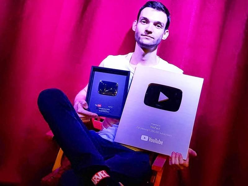 Максим Сулимов с кнопкой за 1 млн. подписчиков
