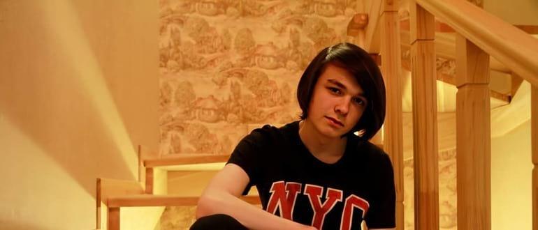 Даниил Абраменков сидит на лестнице