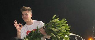 Никита Левинский сидит на машине с цветами