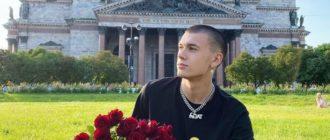 Тимур Сорокин сидит с букетом роз