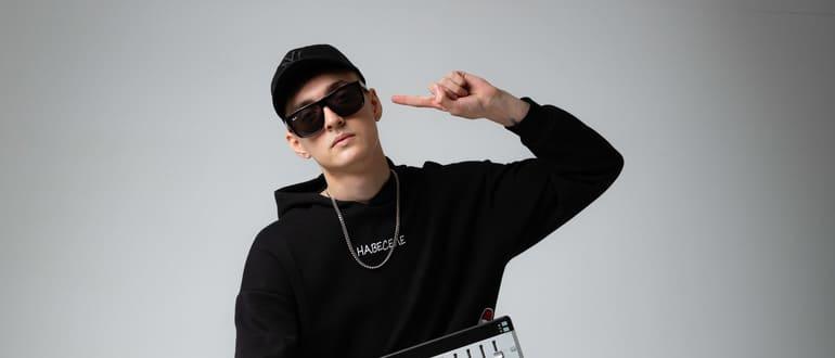 Дмитрий Силин с музыкальным инструментом
